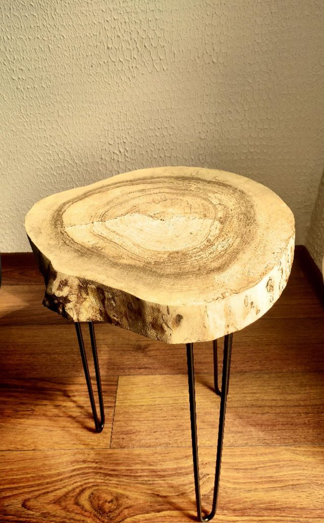 Stolik-z-plastra-drewna-handmade