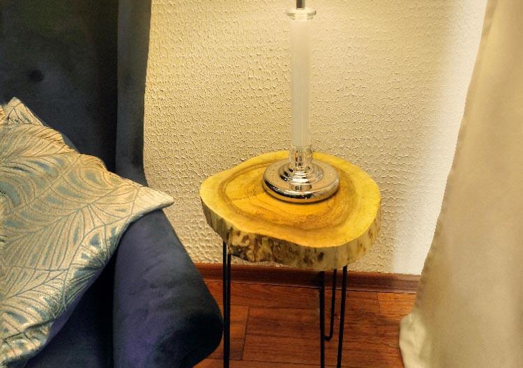 Stolik-z-plastra-handmade-lampka