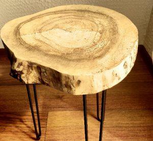 Detal-czarna-zywica-stolik-z-plastra