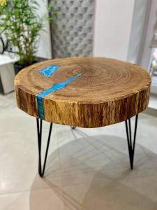 Stolik-kawowy-z-niebieska-zywica